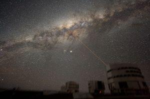 1200px-ESO-VLT-Laser-phot-33a-07